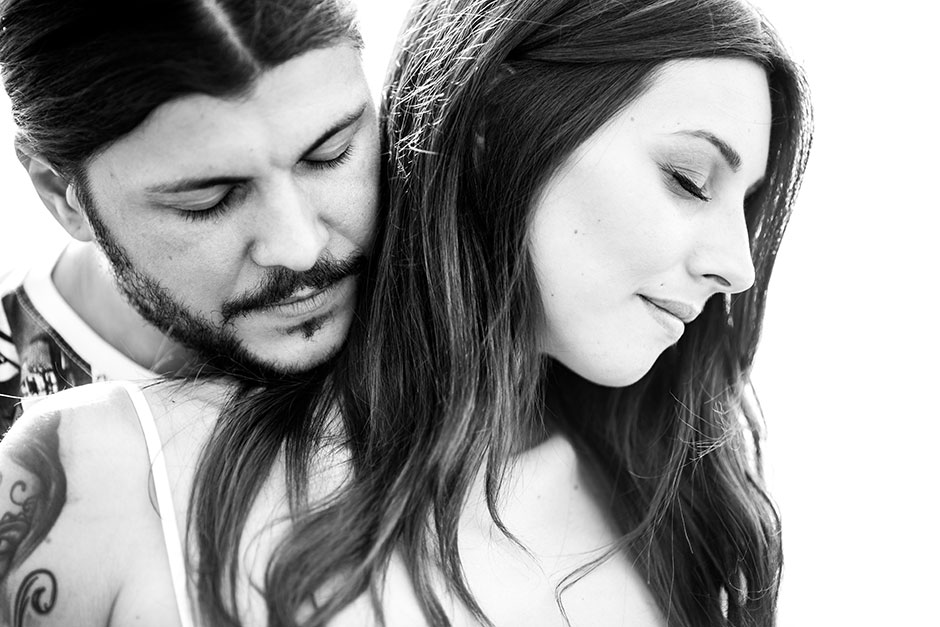 pareja con los ojos cerrados en un reportaje de embarazo en irun