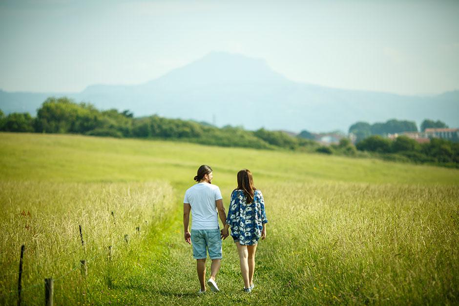 pareja embarazada paseando en hendaya en un reportaje de embarazo en irun