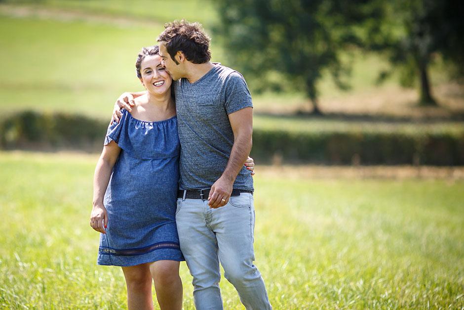 marido besando a su mujer embarazada