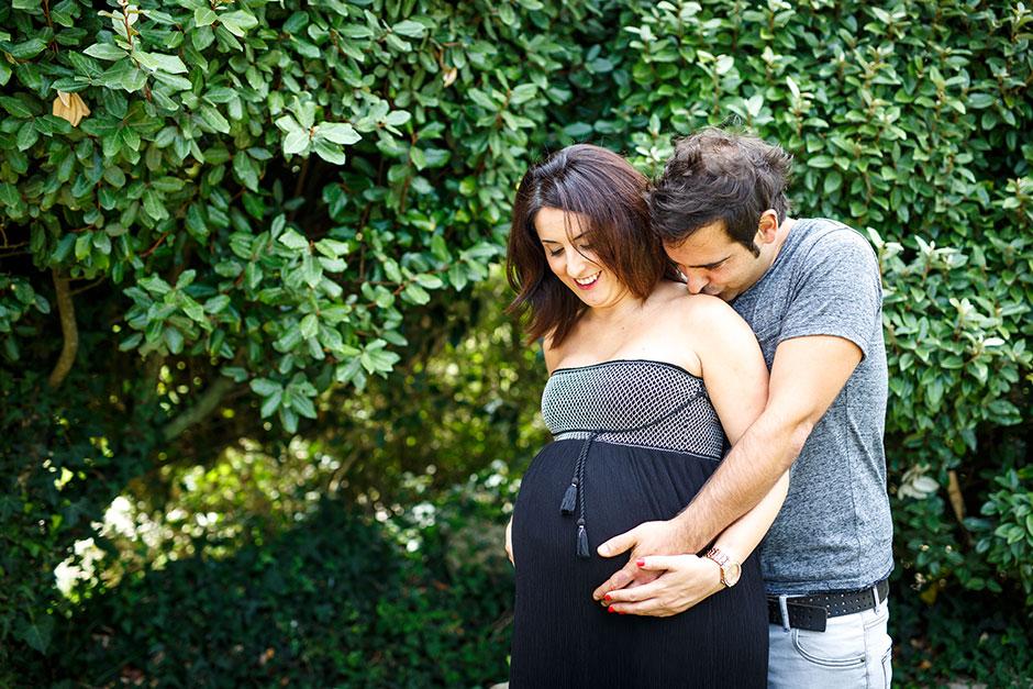 pareja de embarazados en un reportaje fotografico en hendaya