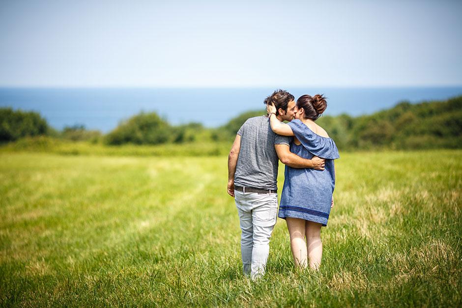 marido besando a su mujer embarazada en hendaya
