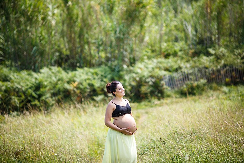 retrato de ella embarazada un un prado verde en hendaya