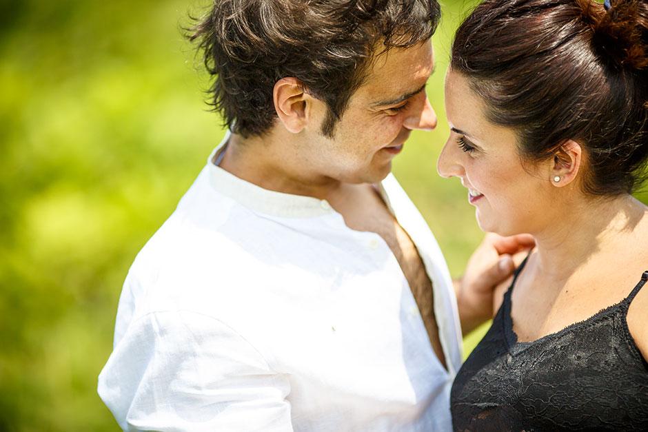 pareja a punto de besarse en un reportaje de embarazo