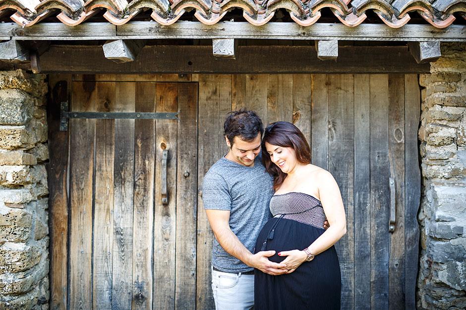 pareja de embarazados en una caseta de madera en irun