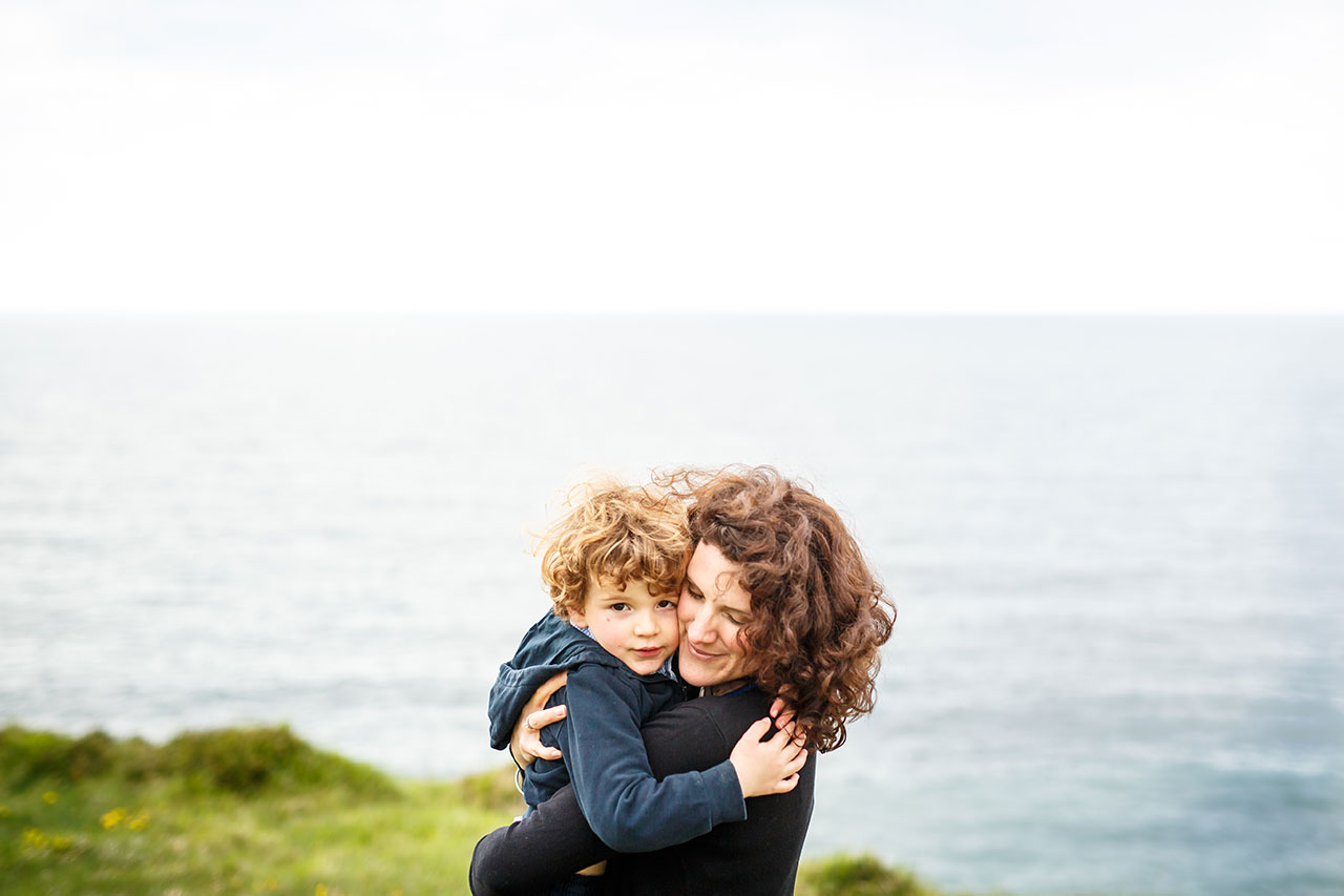 madre abrazando a su hijo en hendaya