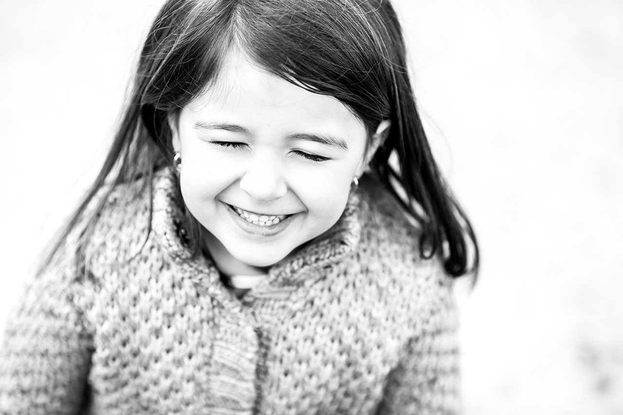 retrato en blanco y negro de una niña reportaje familia