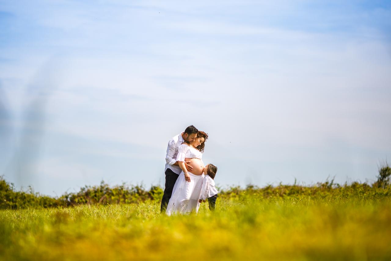 beso en la tripa en una fotografía de reportaje de embarazo en hendaya