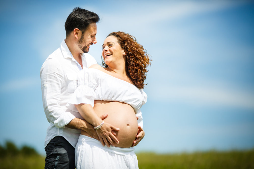 pareja de embarazo chico abraza tripa de su mujer