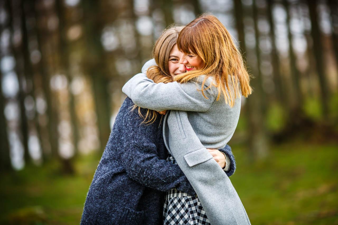 abrazo madre e hija de un reportaje