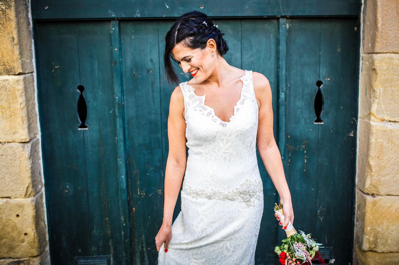 retrato de ella por las calles de hondarribia en una boda en hiruzta fotografos en gipuzkoa