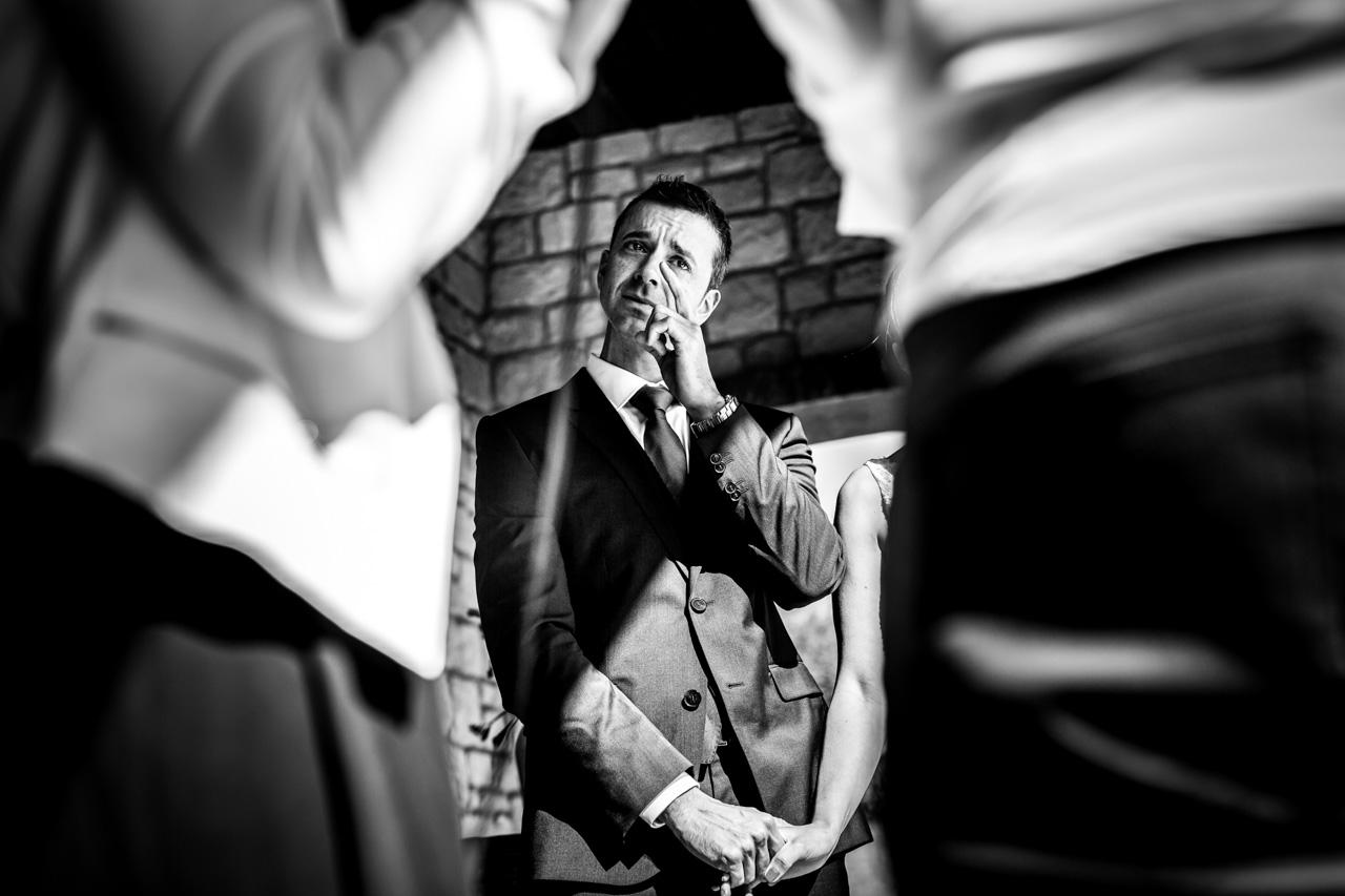 novio emocionado en una boda en el restaurante hiruzta fotografos en gipuzkoa