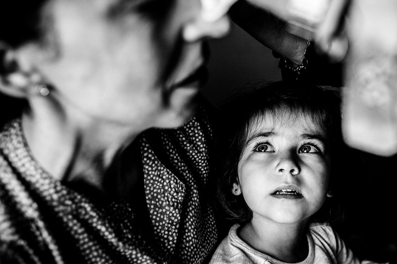 hija mira a su madre mientas la maquillan en el hotel maria cristina fotografos en gipuzkoa