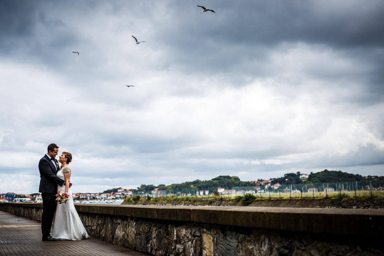 fotografía de unos novios por el paseo de hondarribia bodas en irun fotografos en gipuzkoa
