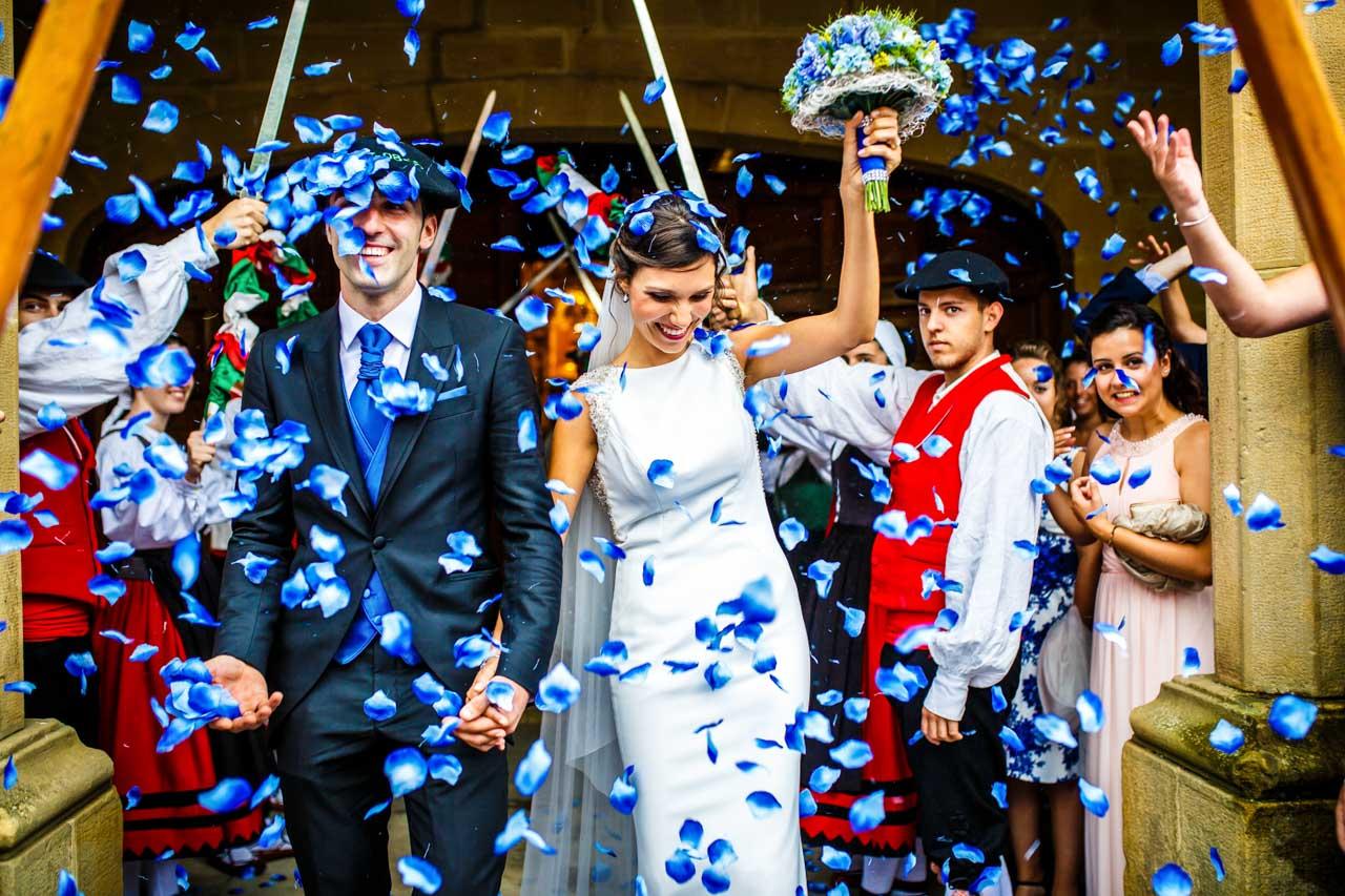 salida de unos novios de la iglesia de guadalupe bodas en hondarribia irun fotografos en gipuzkoa