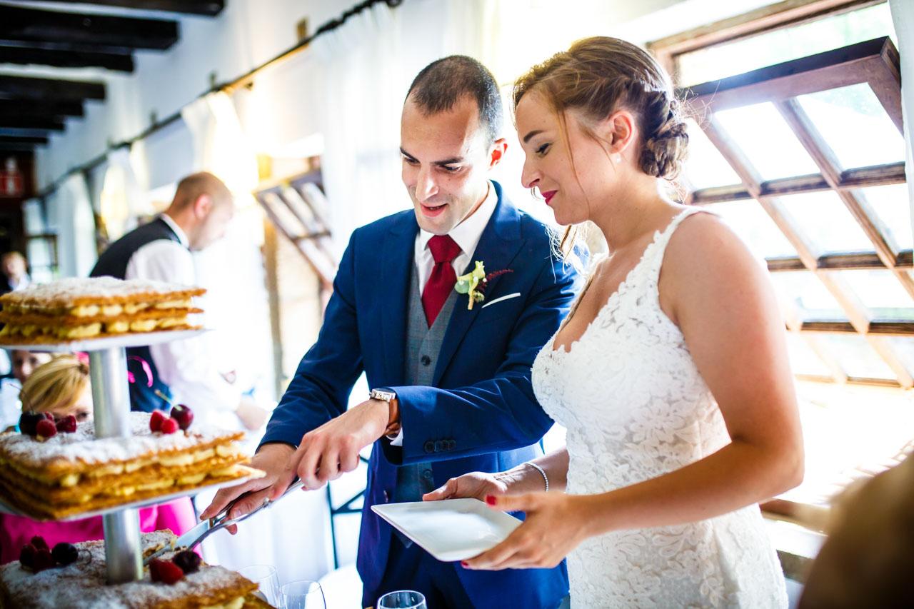 los novios cortando la tarta en una boda en guadalupe
