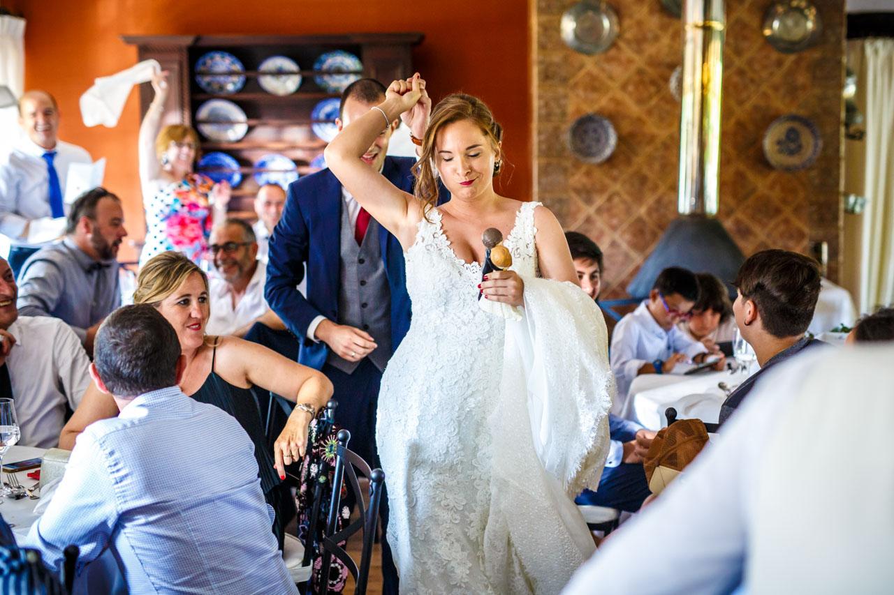 los novios de camino a entregar los muñecos de la tarta en una boda en guadalupe