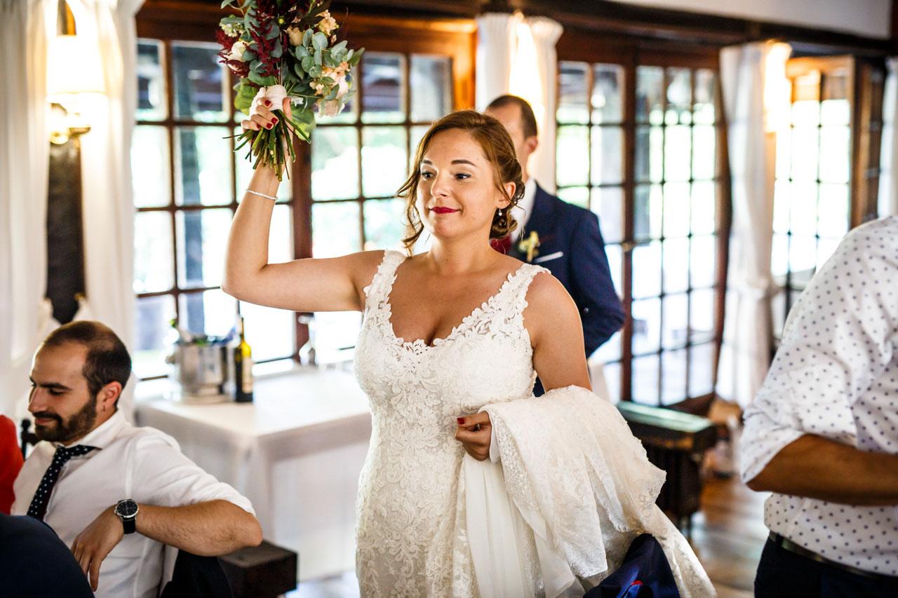la novia preparada para entregar el ramo en una boda en guadalupe