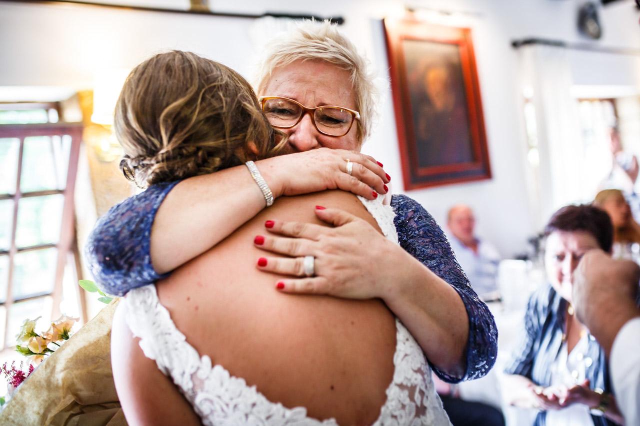 abrazo entre la novia y su madre en una boda en guadalupe