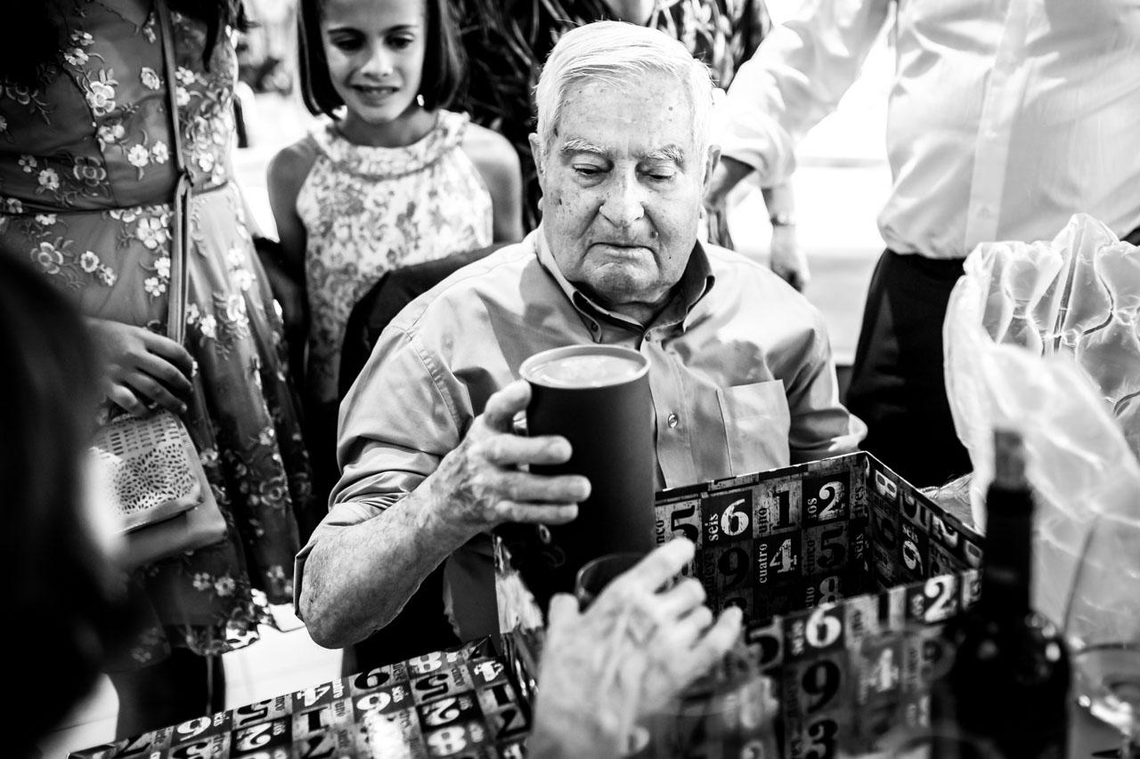 el abuelo de la novia abriendo el regalo en una boda en oiartzun