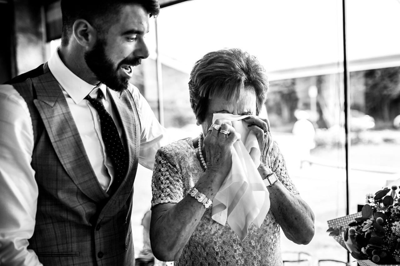abuela emocionada con su nieto en una boda en oiartzun