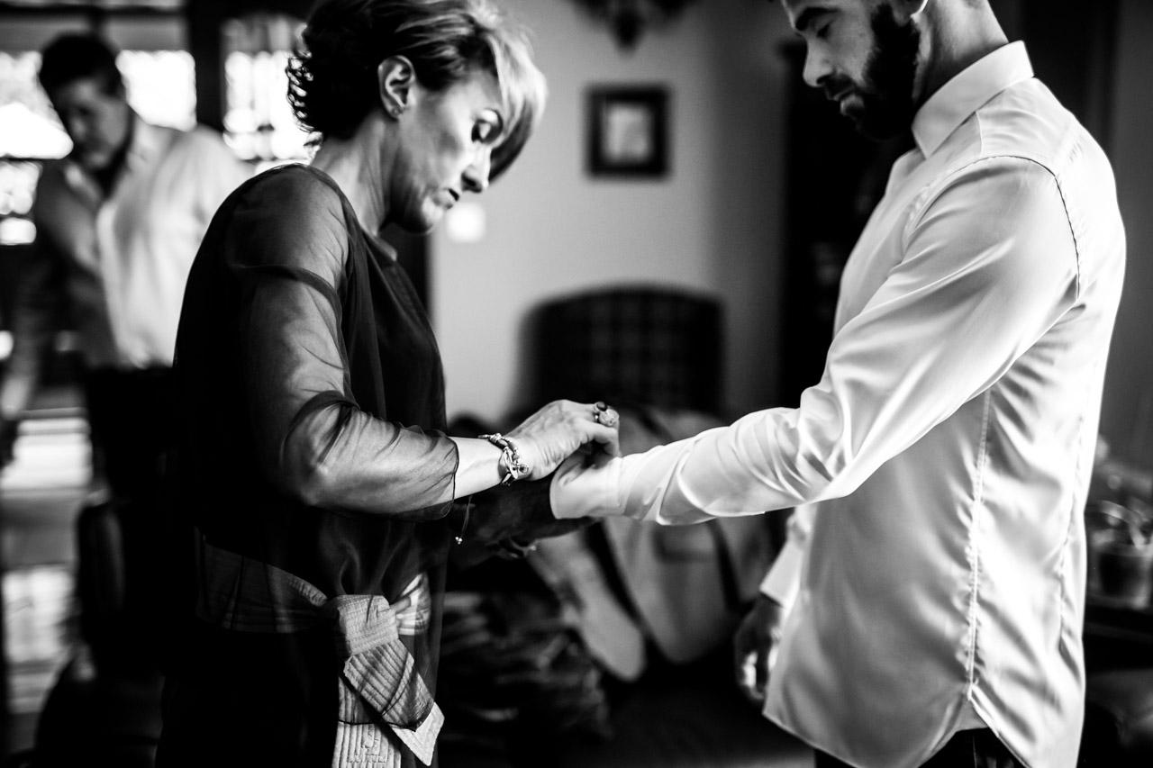 la madrina poniendole los gemelos al novio en una boda en oiartzun