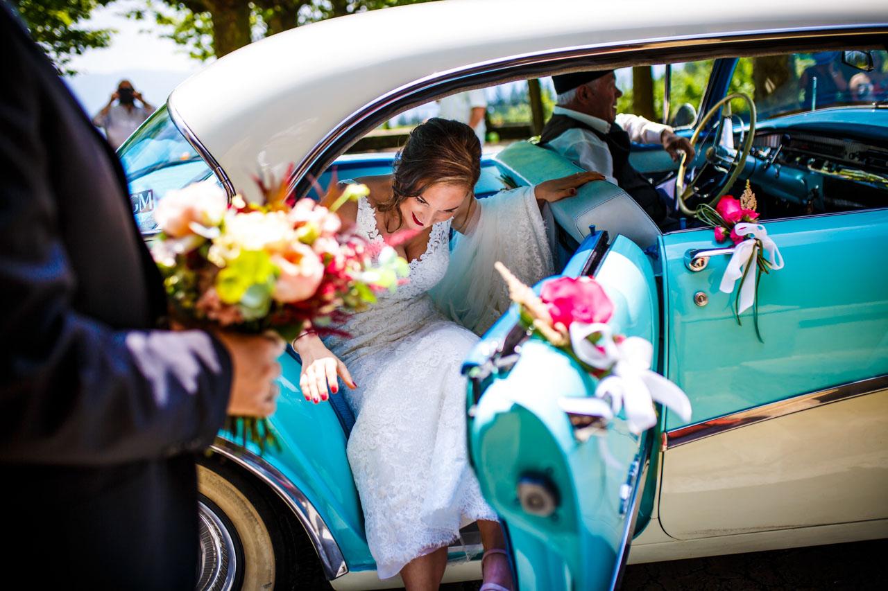 la novia saliendo del coche en una boda en guadalupe