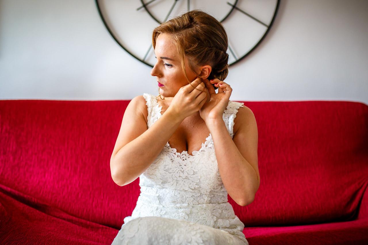 la novia poniéndose los pendientes en una boda en guadalupe