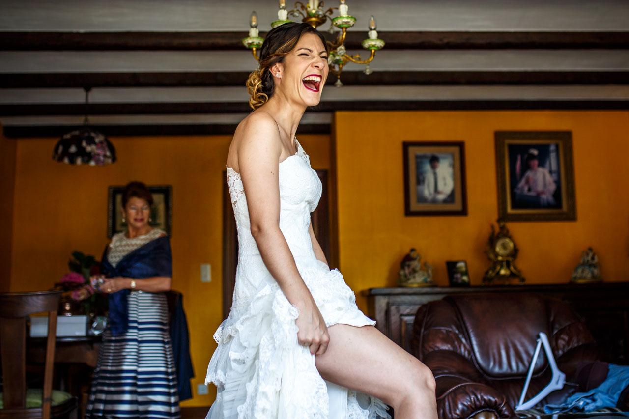 la novia a carcajada limpia en una boda en oiartzun