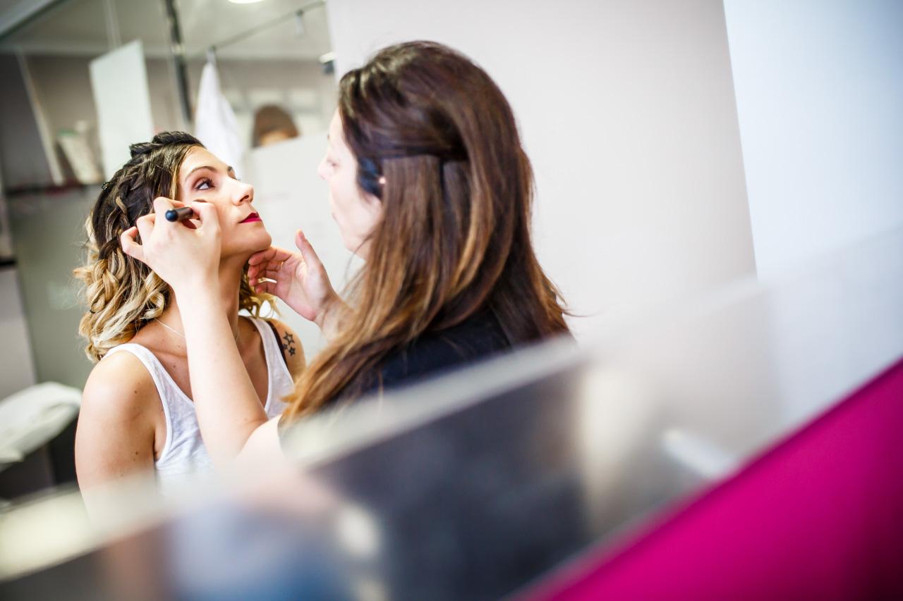 maquillando a la novia en una boda en oiartzun