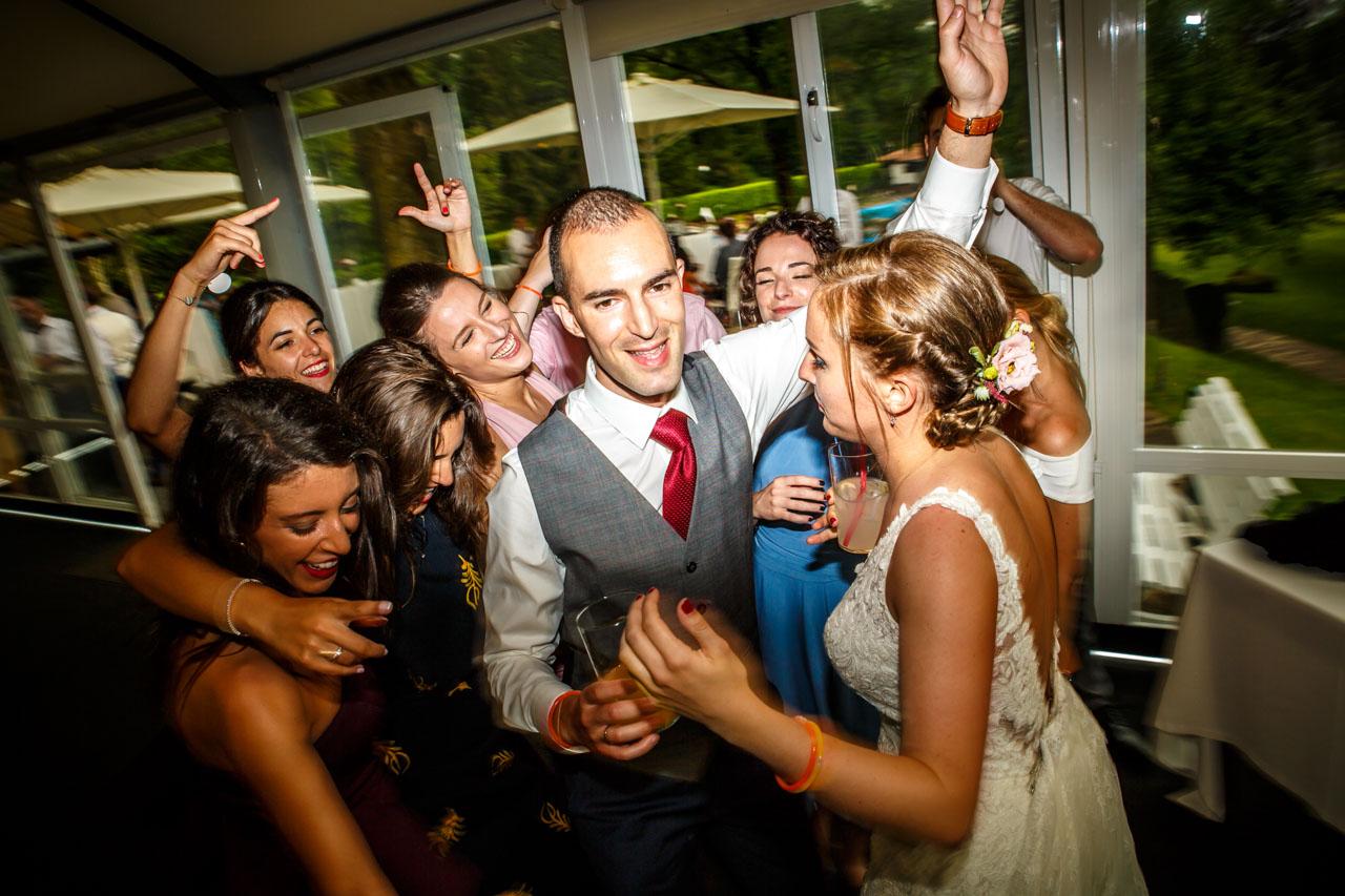 amigas de la novia y la novia bailando al novio en una boda en guadalupe
