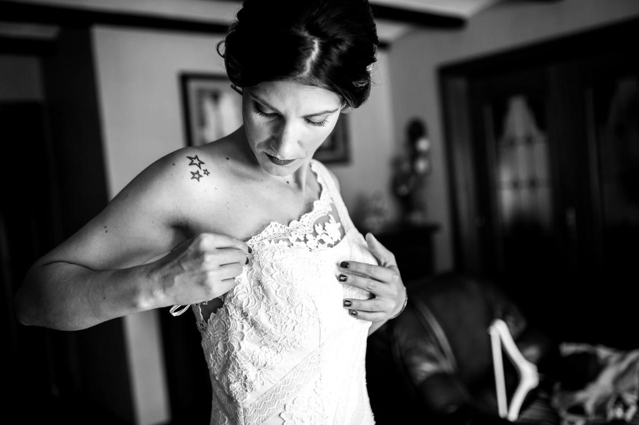 la novia ajustandose el vestido en una boda en oiartzun