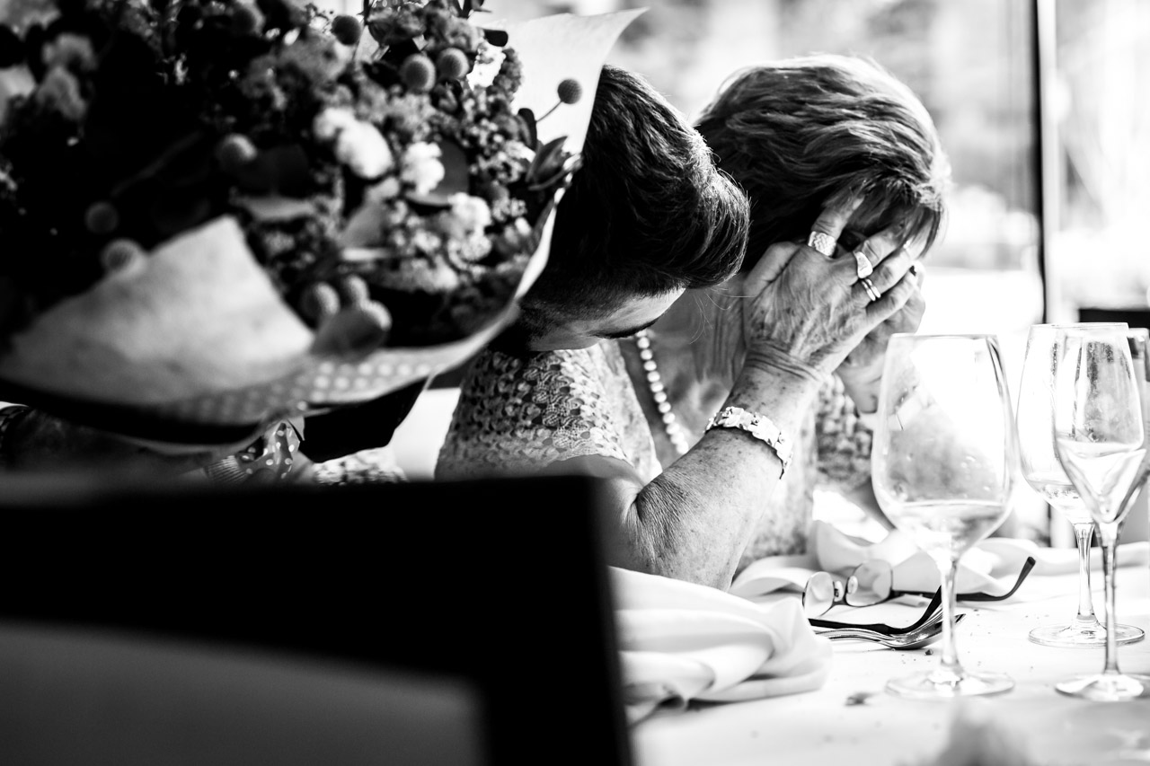 la abuela llorando al recibir el ramo de su nieto en una boda en oiartzun