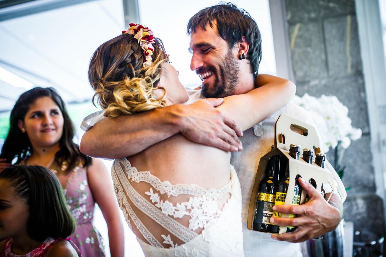 la novia abrazando al hermano al darle su regalo en una boda en oiartzun