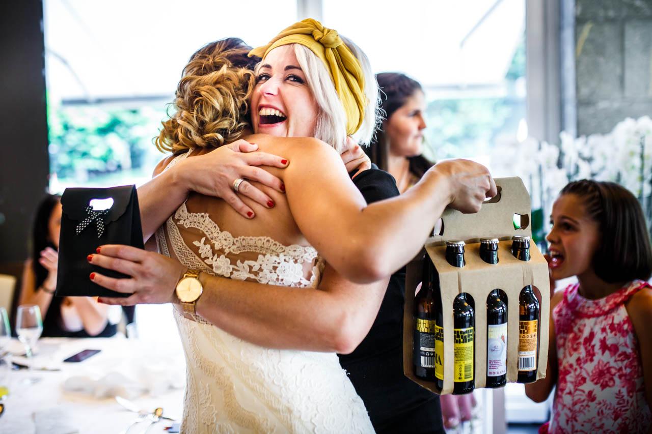 la novia abrazando a su cuñada mientras le da un regalo en una boda en oiartzun