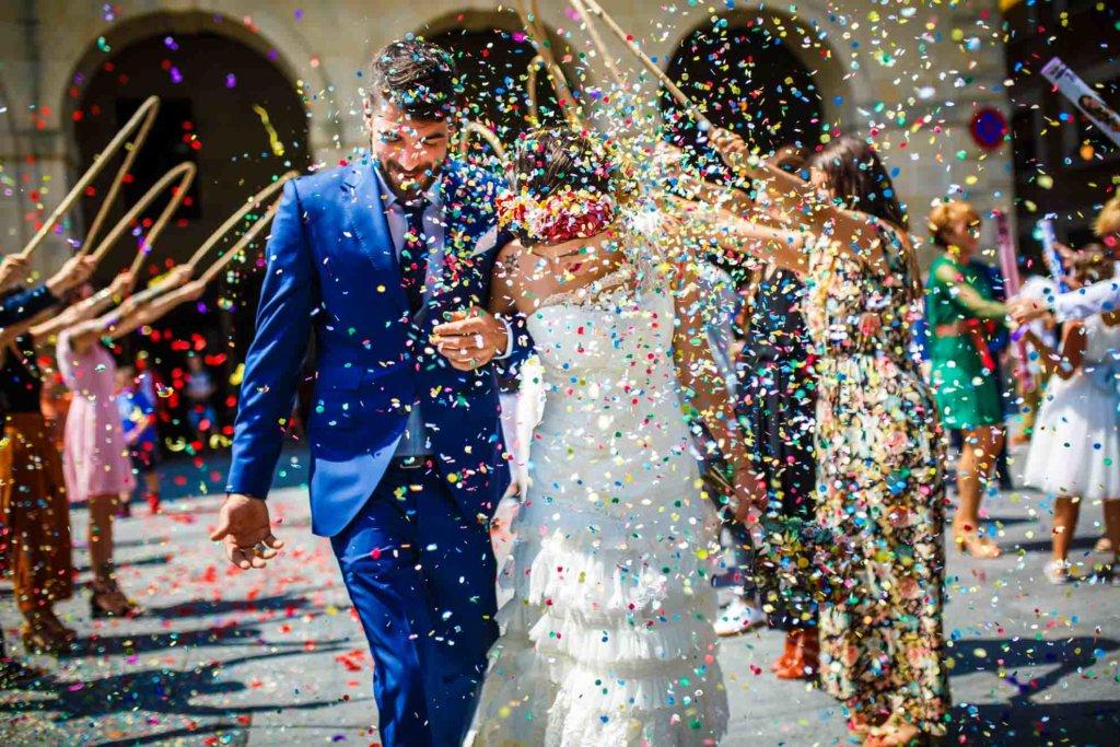 confetis a la salida en una boda en oiartzun
