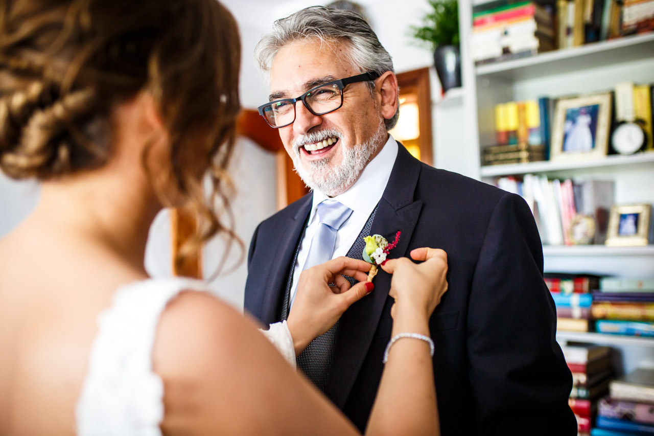 la novia poniendo el prendido a su padre en una boda en guadalupe
