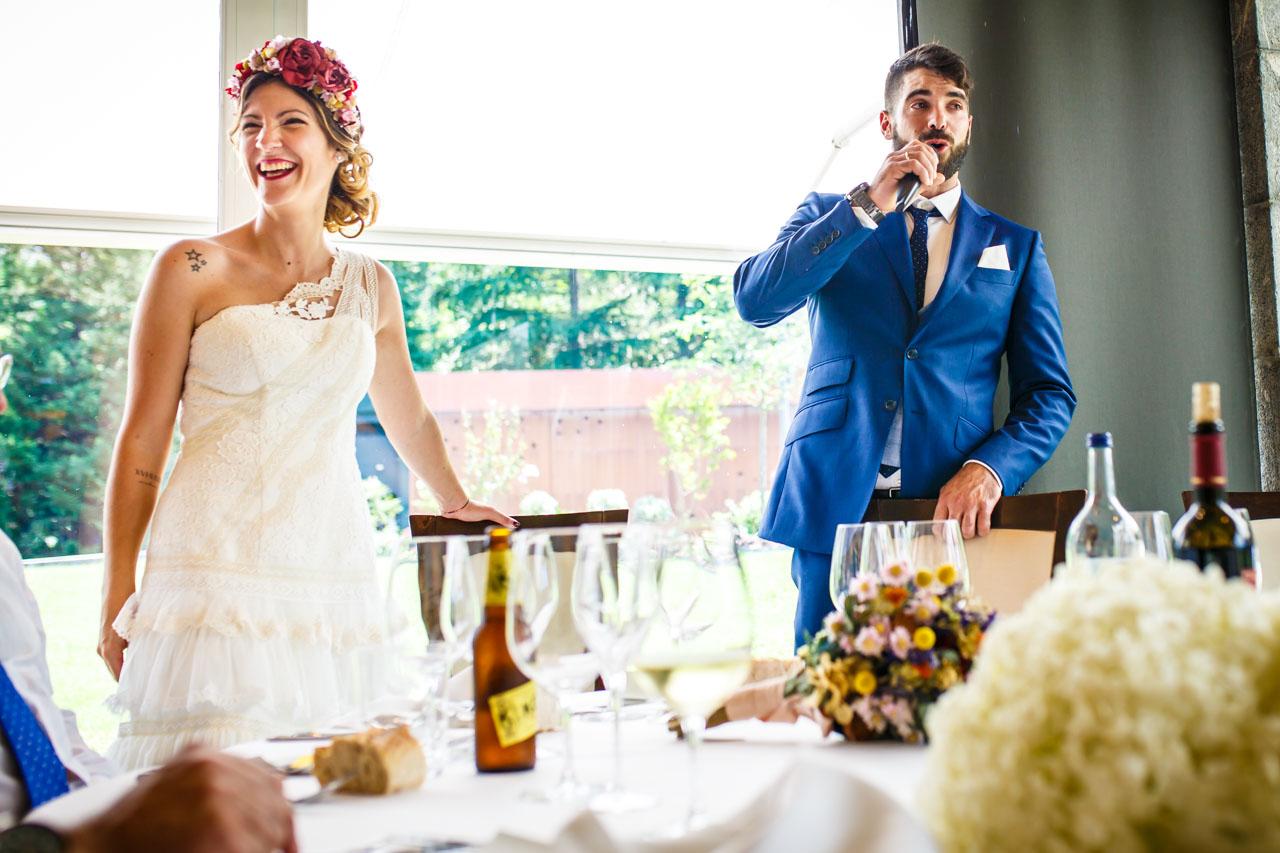 el novio hablando a los invitados en una boda en oiartzun