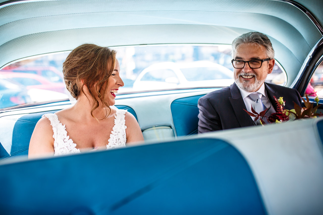 la novia sonriendo con su padre en una boda en guadalupe