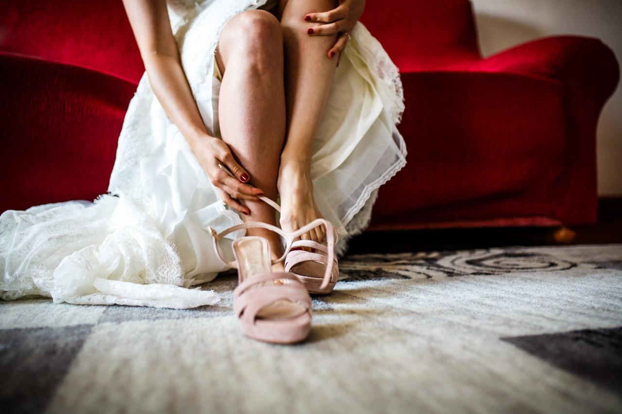 la novia poniéndose los zapatos en una boda en guadalupe