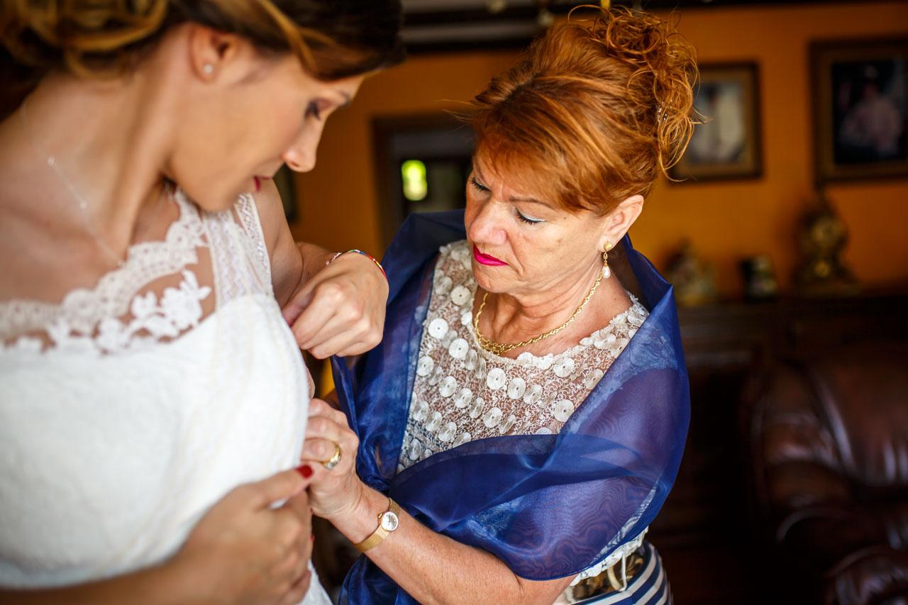 vistiendo a la novia en una boda en oiartzun