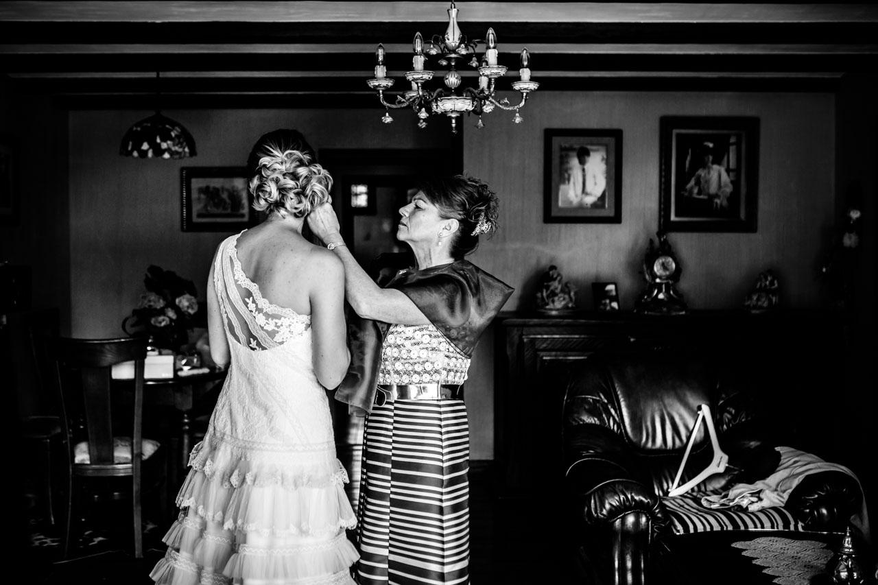 poniendo los pendientes a la novia en una boda en oiartzun