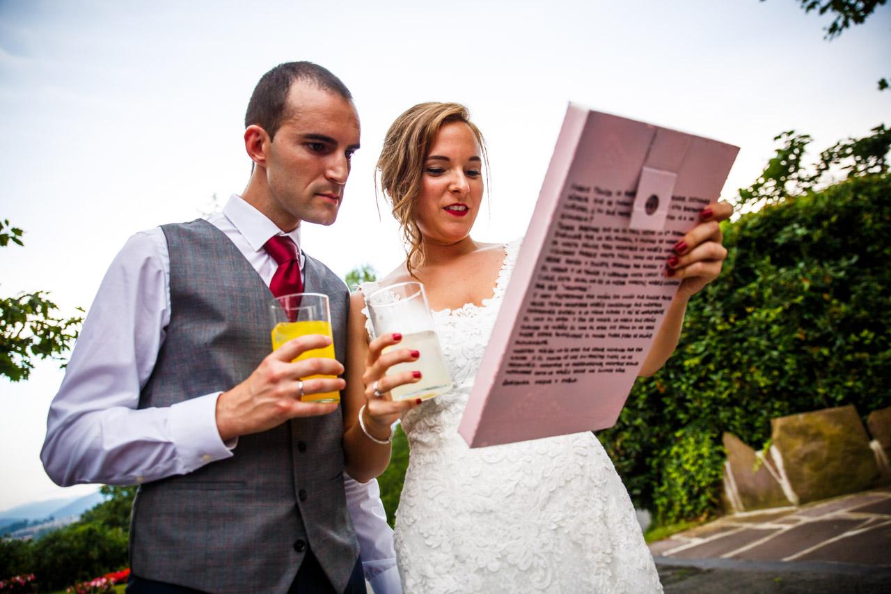 los novios abriendo un regalo en una boda en guadalupe