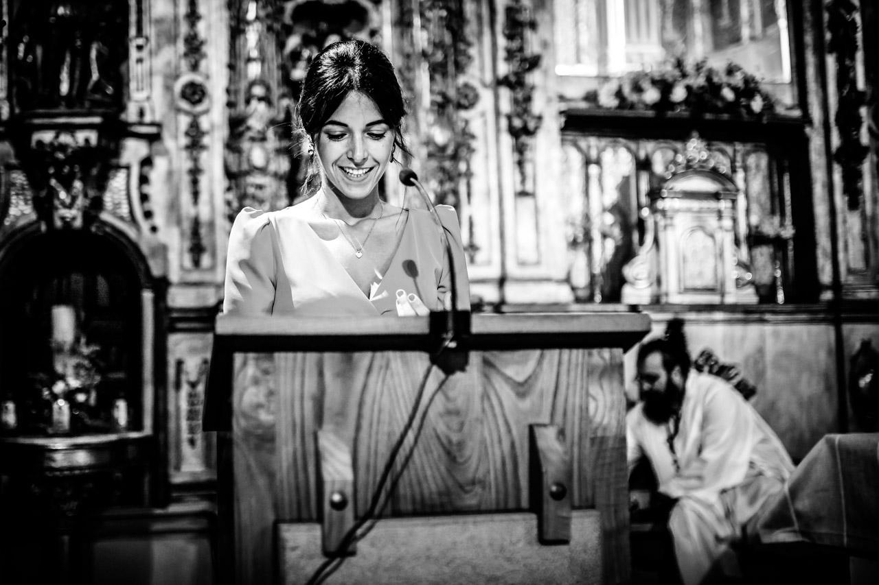 una amiga de la novia leyendo en una boda en guadalupe