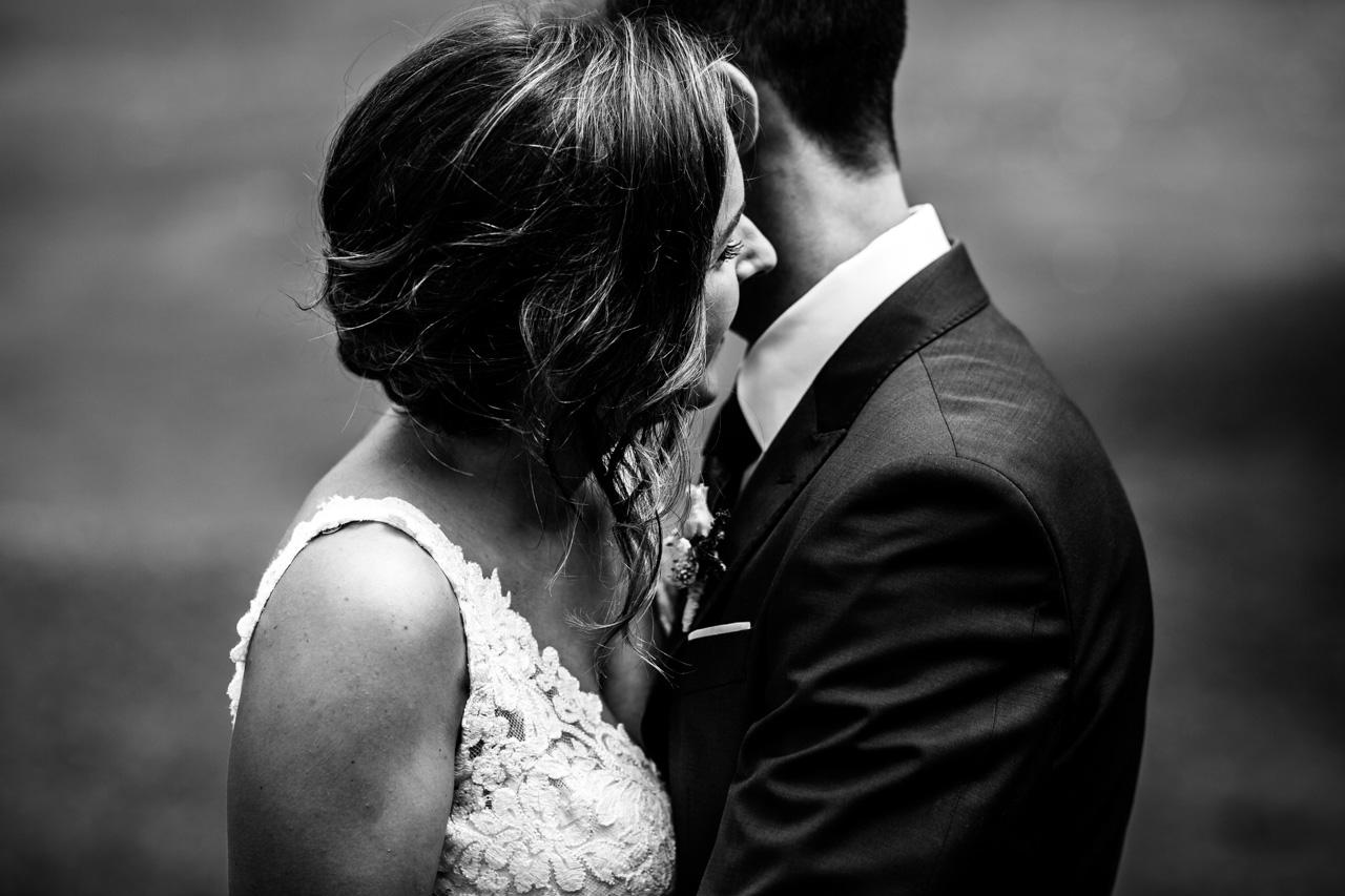 caricias entre los novios en una boda en guadalupe