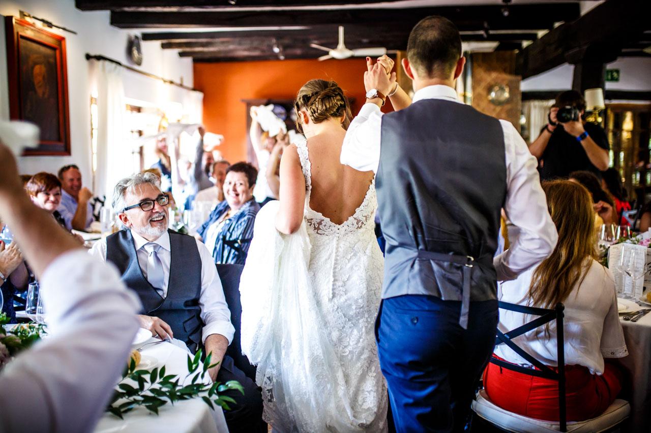 los novios entrando al restaurante en una boda en guadalupe