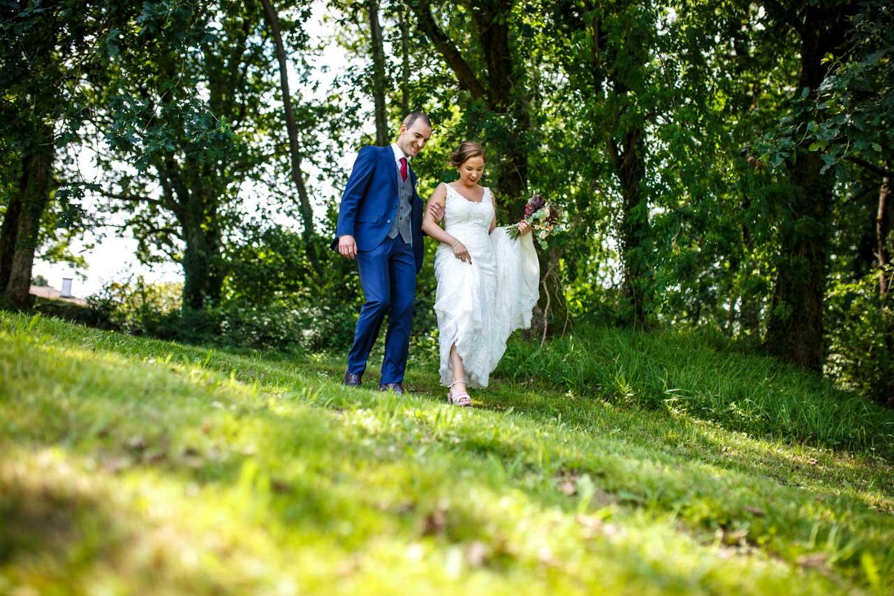 los novios paseando en una boda en guadalupe
