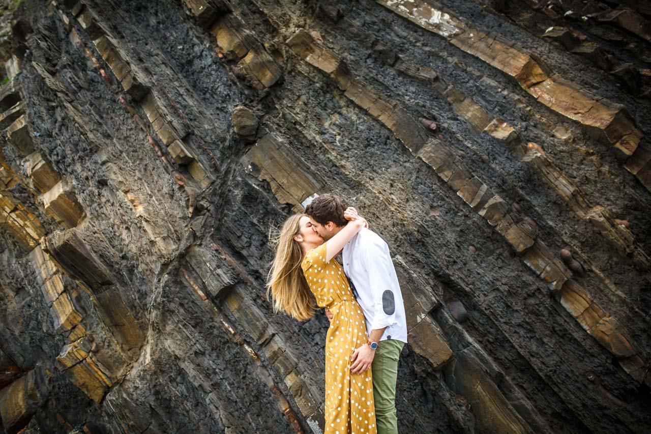beso efusivo de los novios en una preboda en haitzalde