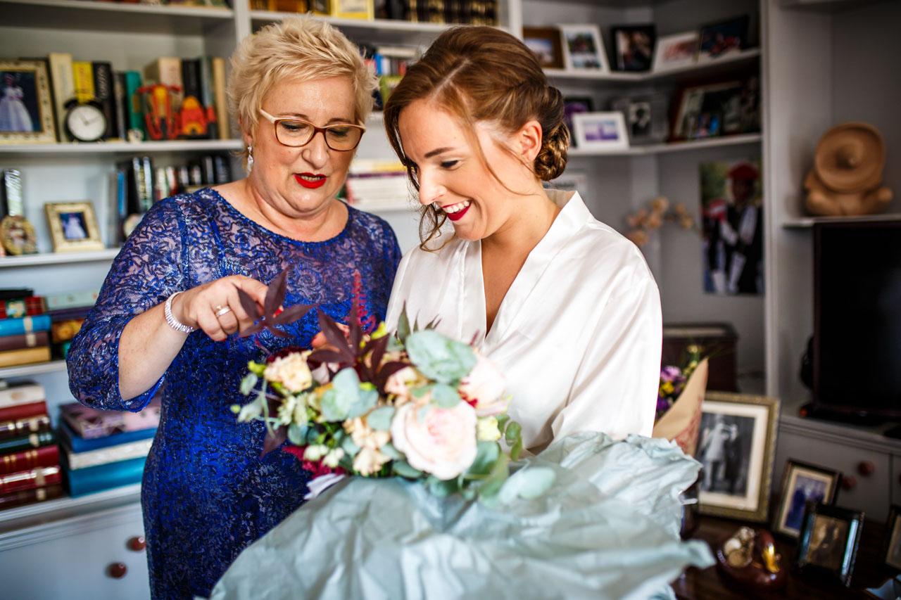 la novia y su madre abren el ramo en una boda en guadalupe