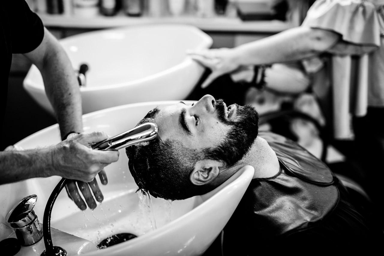 lavando el pelo al novio en una boda en oiartzun