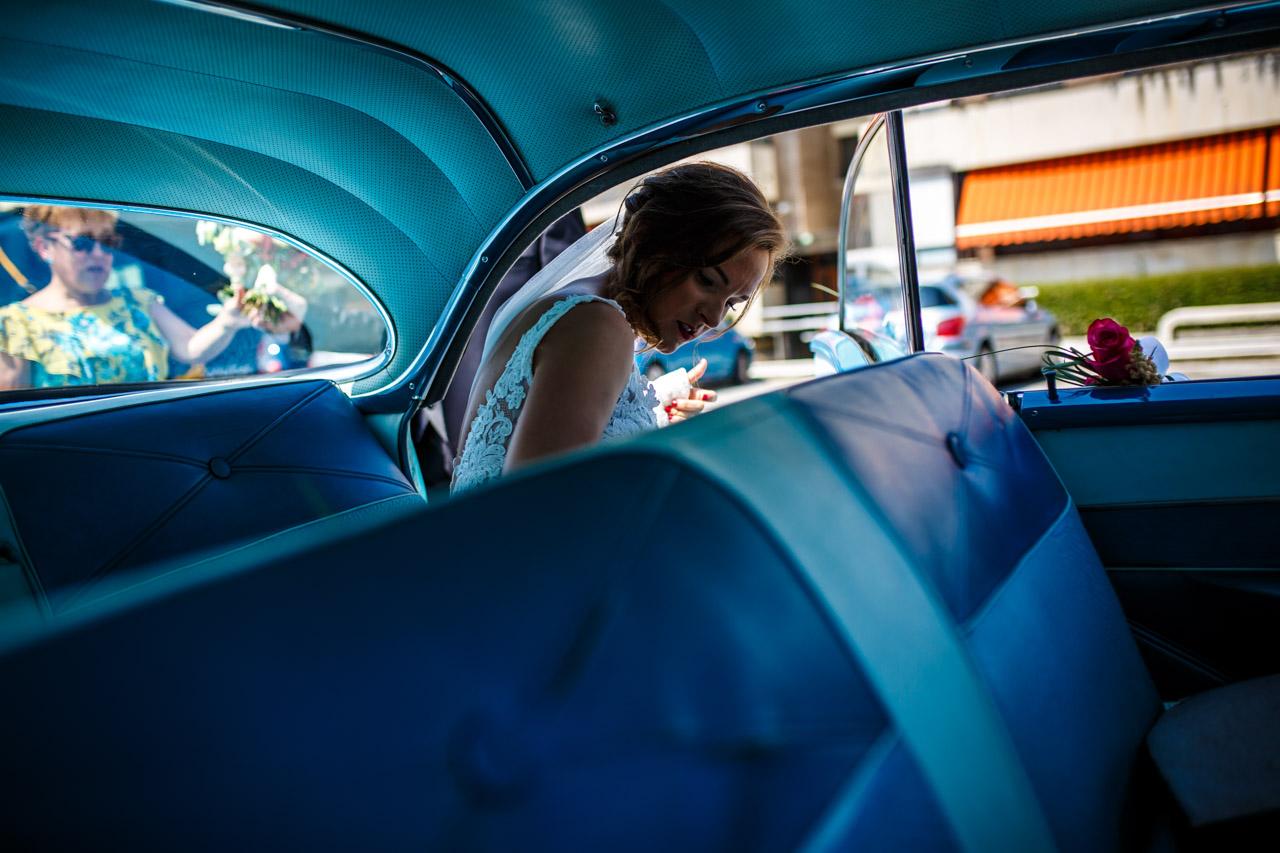 la novia entrando al coche en una boda en guadalupe